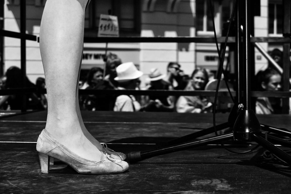 die beine der nationalrätin christa markwalder (fdp) an der schwul-lesbischen parade