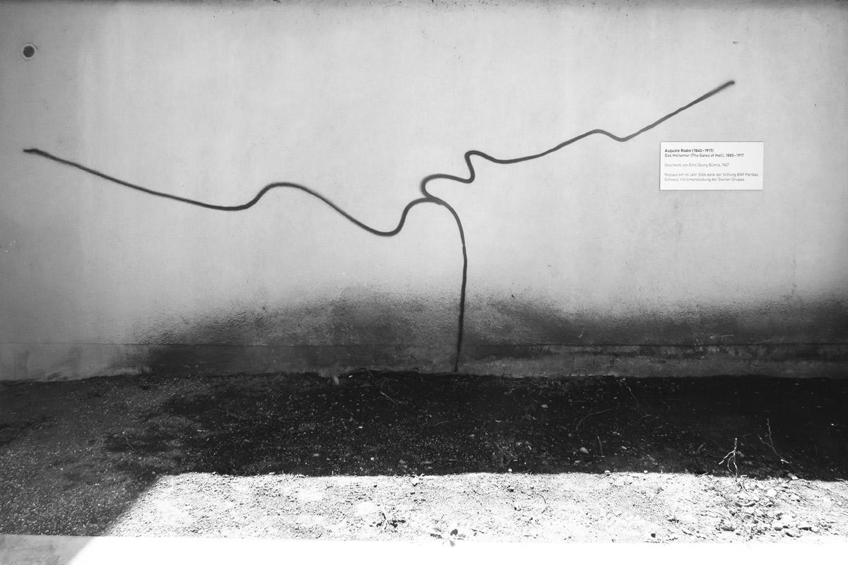 harld nägeli neben dem höllentor von auguste rodin beim kunsthaus zürich