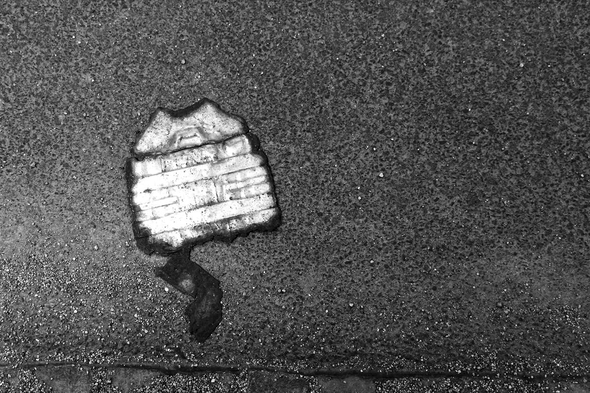 eine kaputte weissblechdose am wegesrand