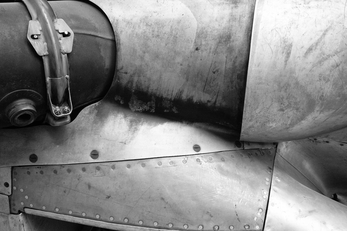 ein blechdetail im flieger flap museum dübendorf