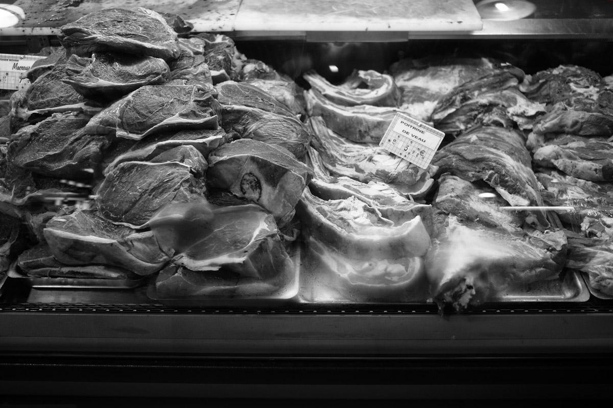 fleisch, vielleicht rindsfleisch bei einem detailhändler in frankreich
