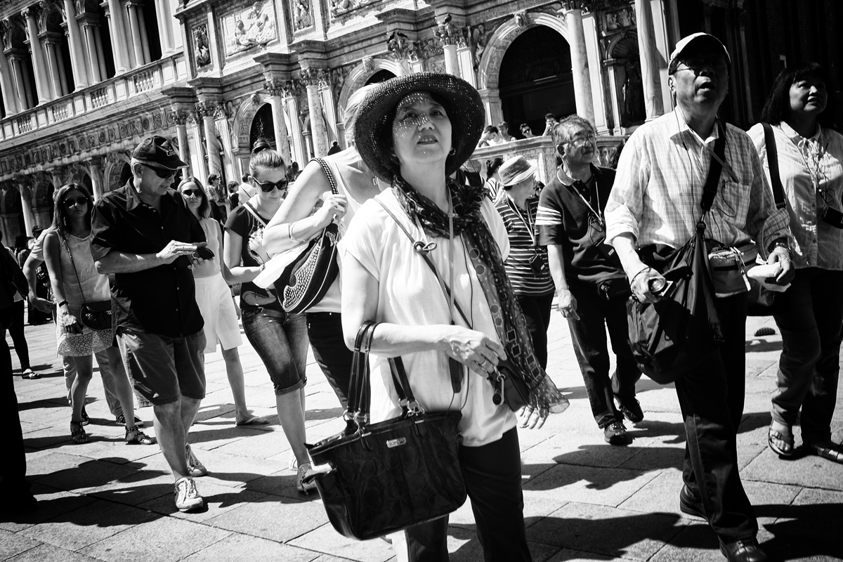 touristen auf dem markusplatz in venedig