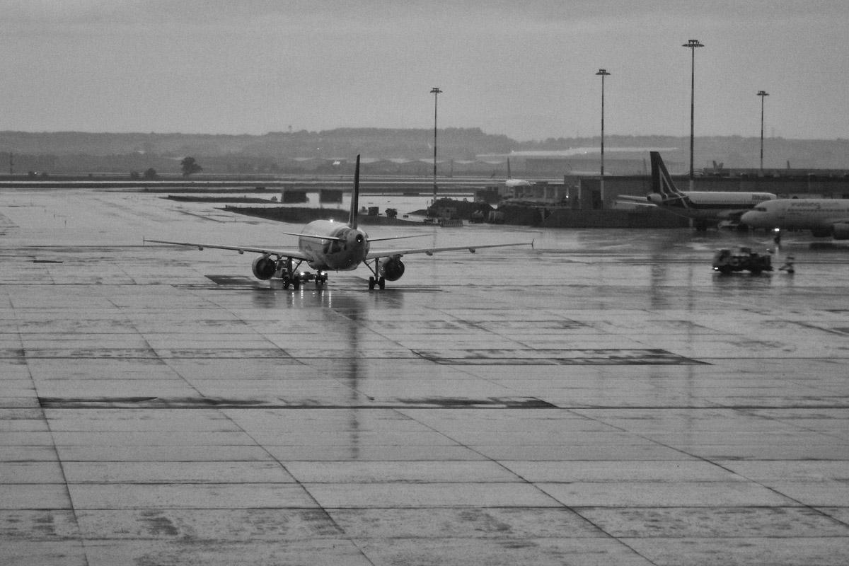 starker regen am flughafen bari, italien