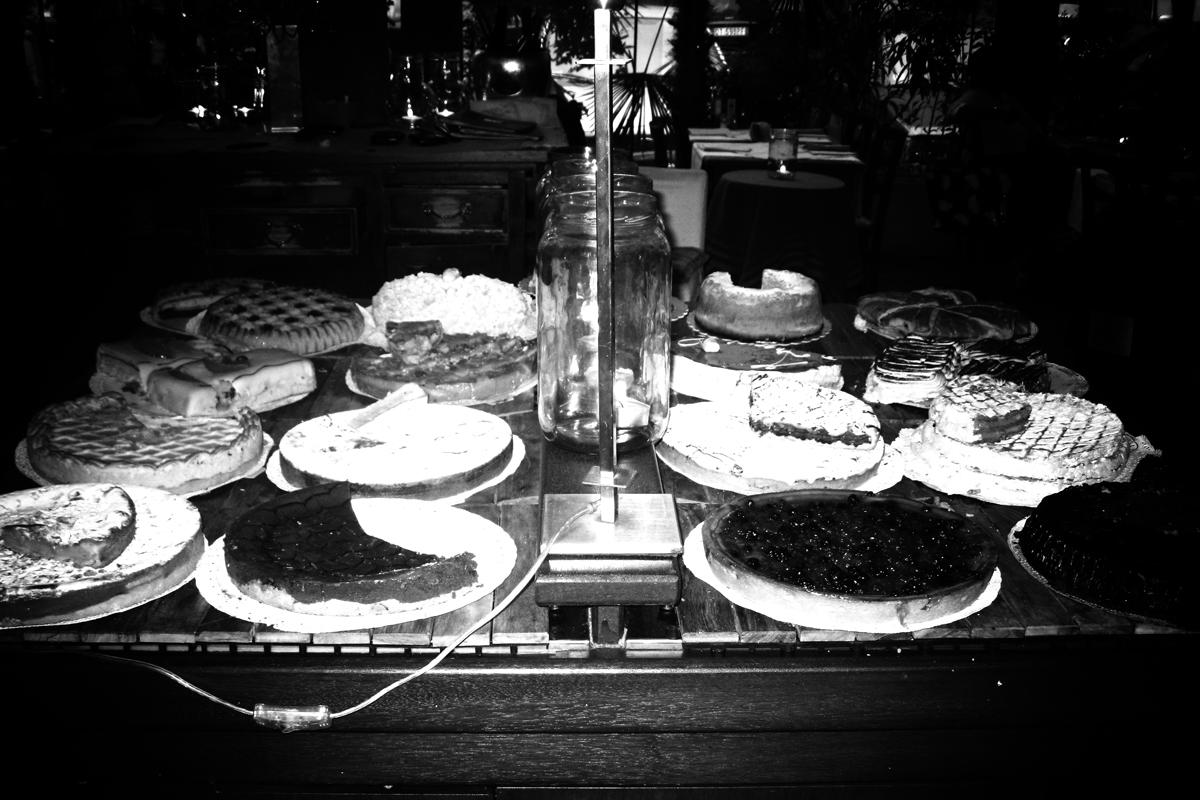 kuchen und patisserie in einem schaufenster