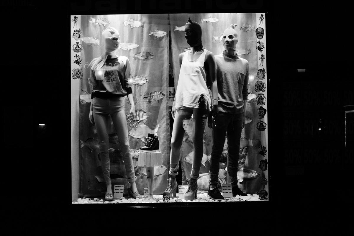 theater von pussy riot wirkt für werbung in einem schaufenster