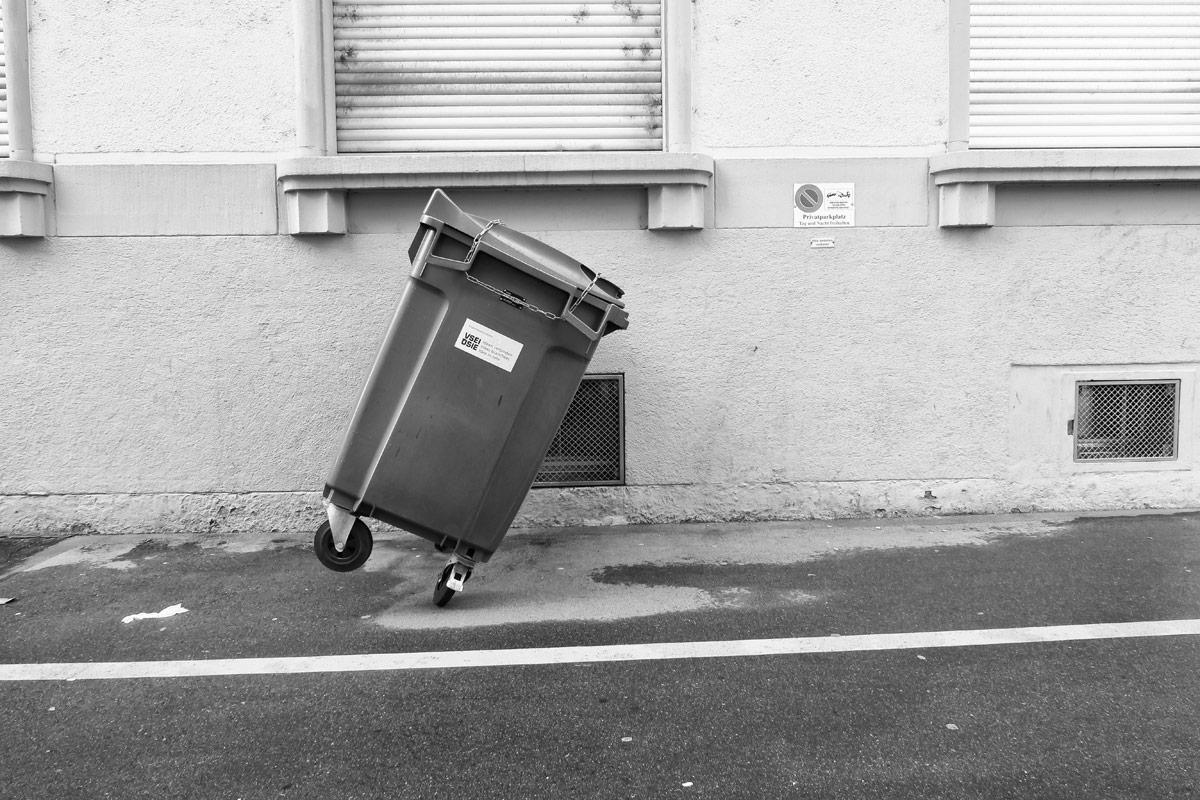 tanzender abfall container nach einem sturm / orkan
