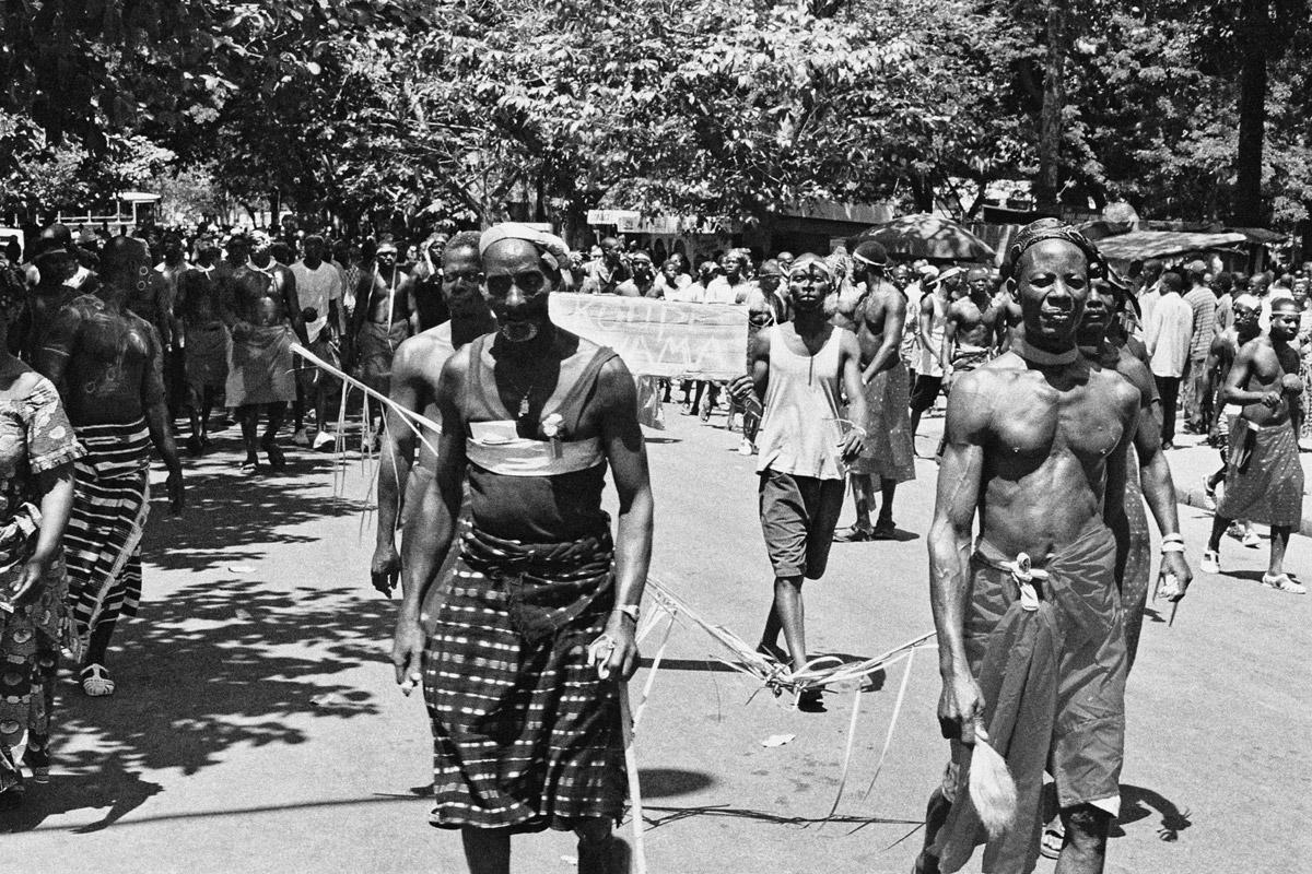 pro laurent gbagbo demonstration in abidjan während dem bürgerkrieg in der elfenbeinküste 2002