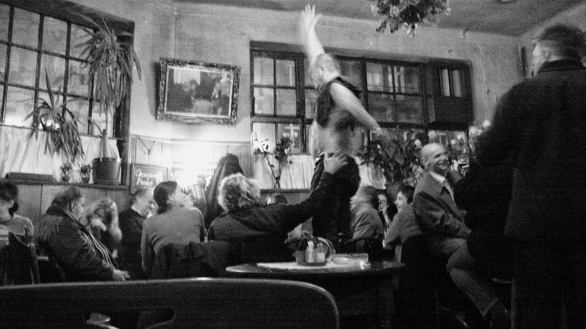 """tanz im beizl """"eiserne zeit"""" am naschmarkt, wien"""