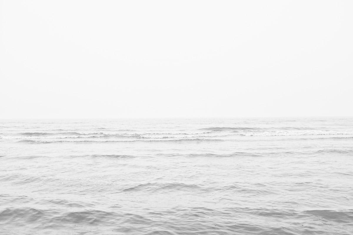 flaches meer im nebel ohne horizont