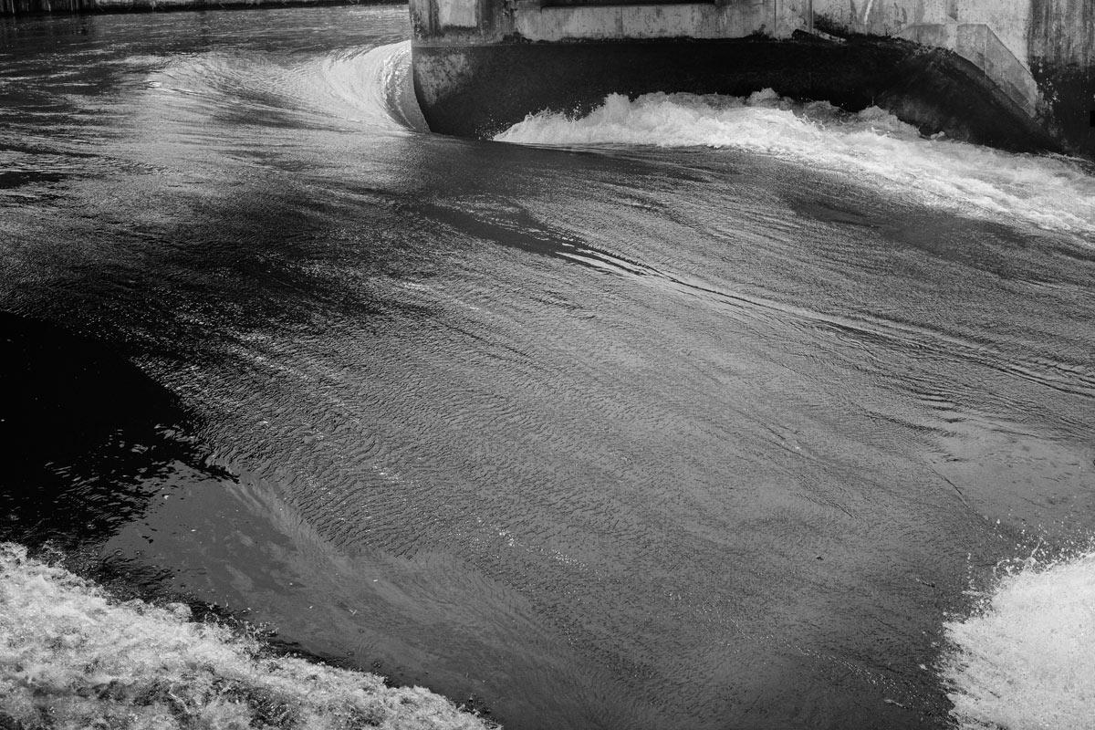 flusslauf bei einem wasserlaufkraftwerk zur engergiegewinnung