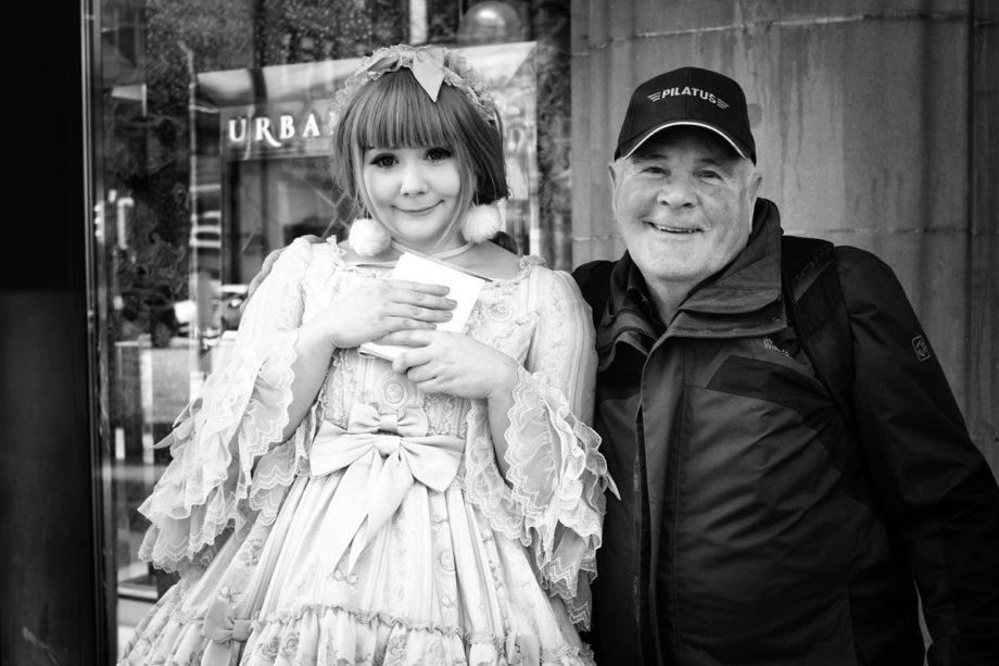 cosplayfigur und ein mann über 70