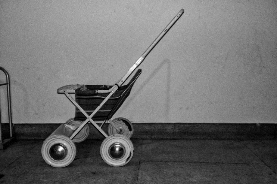 kinderwagen im blitzlicht