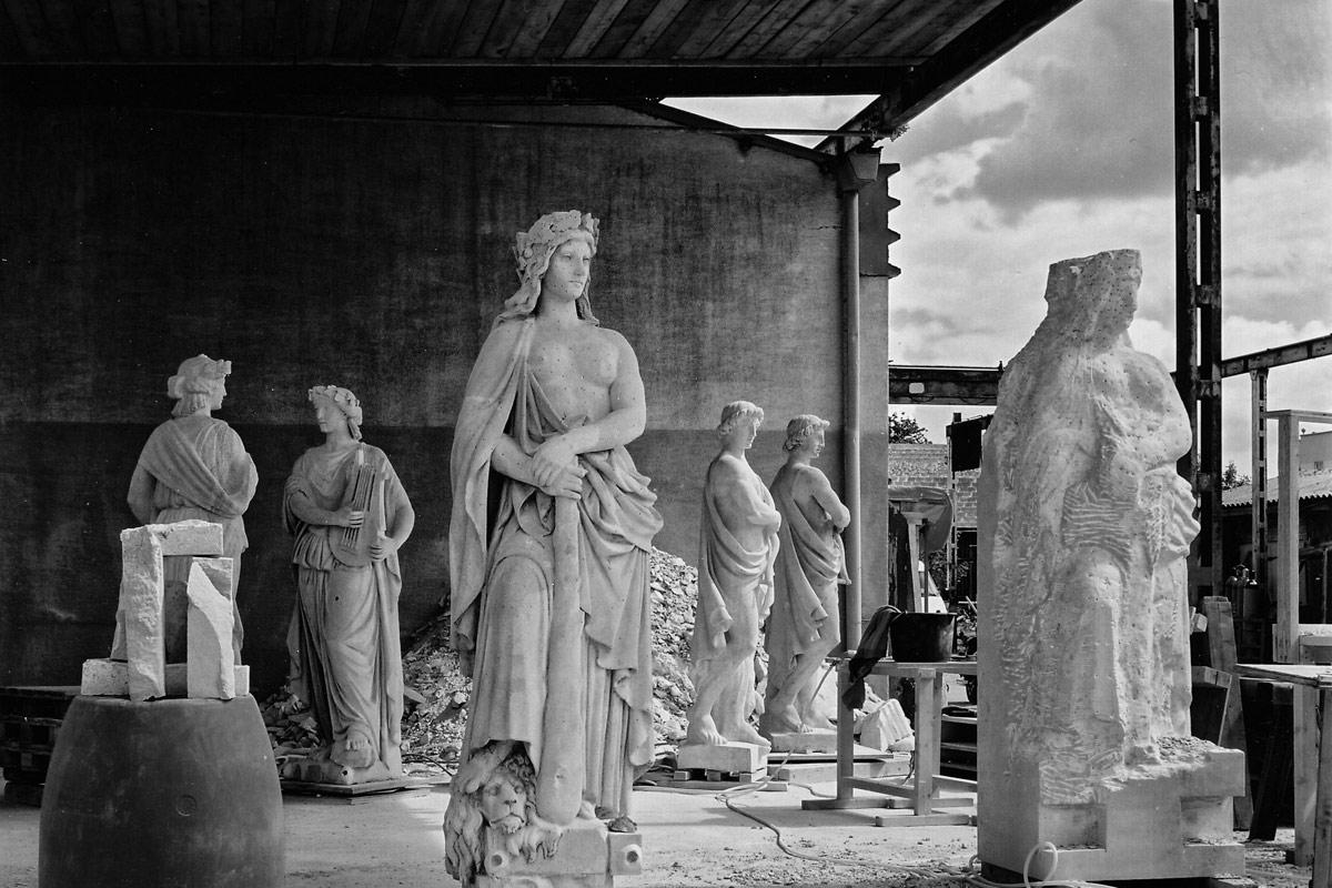 skulpturen in der restaurierung oder der replikation in stein für das palais koburg in wien 1,