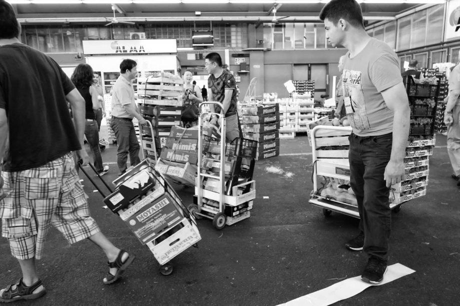 handel auf einem früchte & gemüse markt inklusive kleintransporte