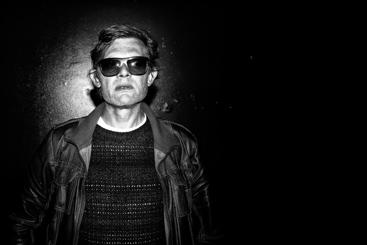 portrait von marcus signer mit sonnenbrille, schauspieler
