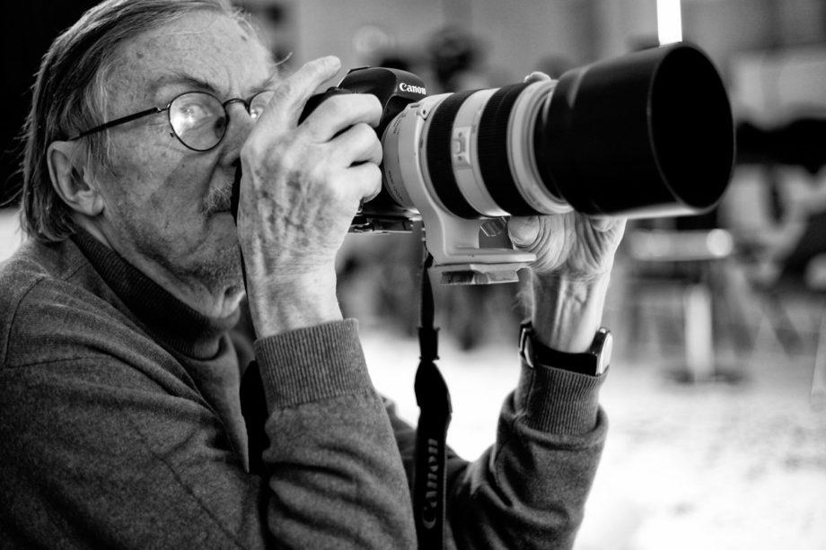 der keystone fotograf niklaus stauss bei der arbeit, sein archiv über die kultur in zürich ist das mit abstand grösste fotoarchiv zum thema kunst & kultur