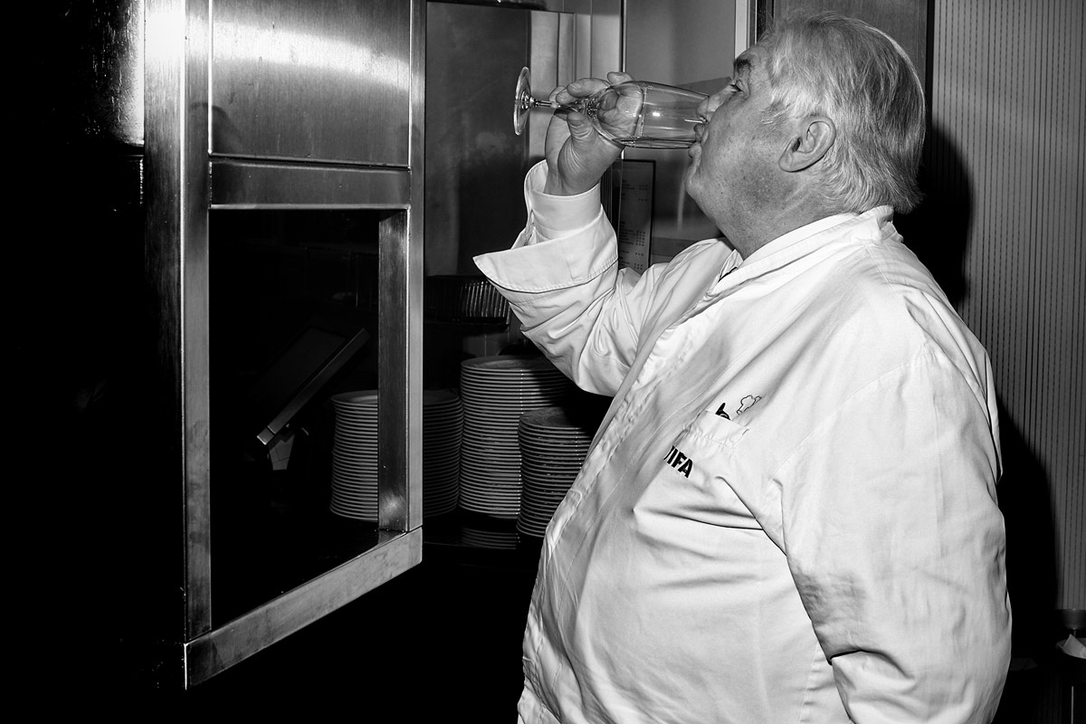 der koch jacky donatz beim wasser trinken