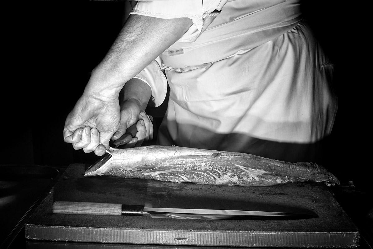 ein koch bereitet ein kalbs filet vor
