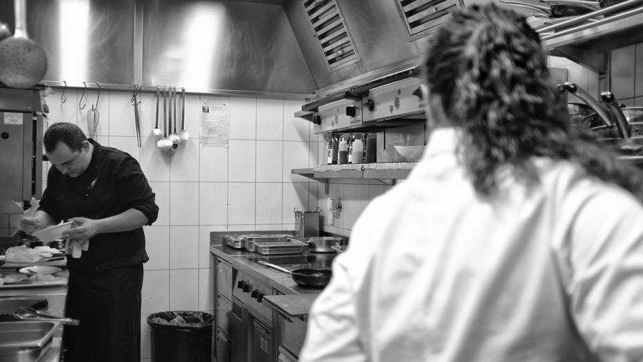 köche in einer gastronomie küche