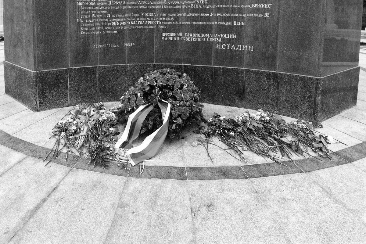 wien: vladimir putin legte einen kranz nieder am denkmal für die gefallenen russischen soldaten im grossen vaterländischen krieg
