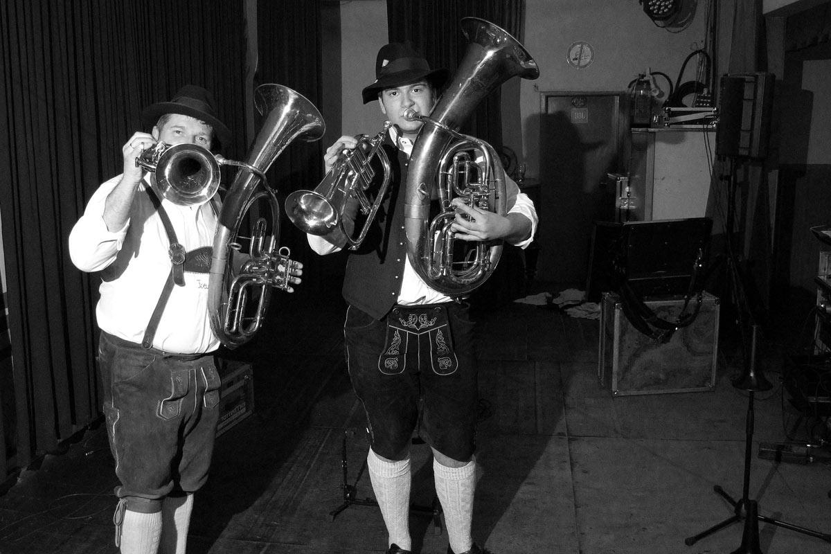musiker aus der steiermark in der schutzhütte schmelz in wien