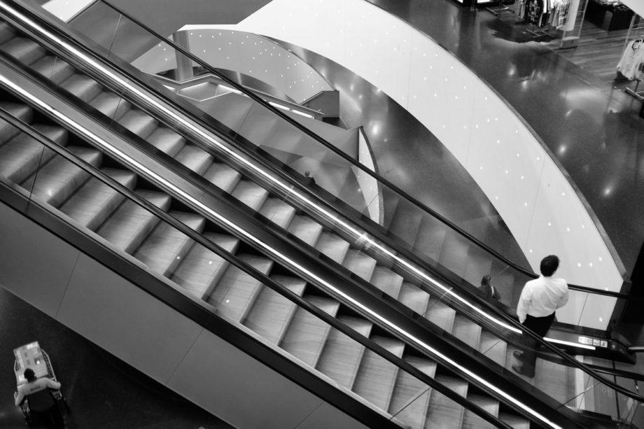 rolltreppe in der shoppingmall shilcity
