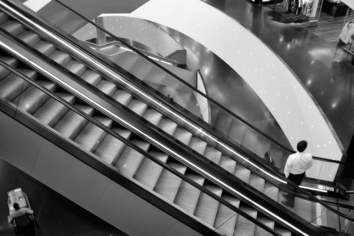 rolltreppe in der shoppingmall shilcity