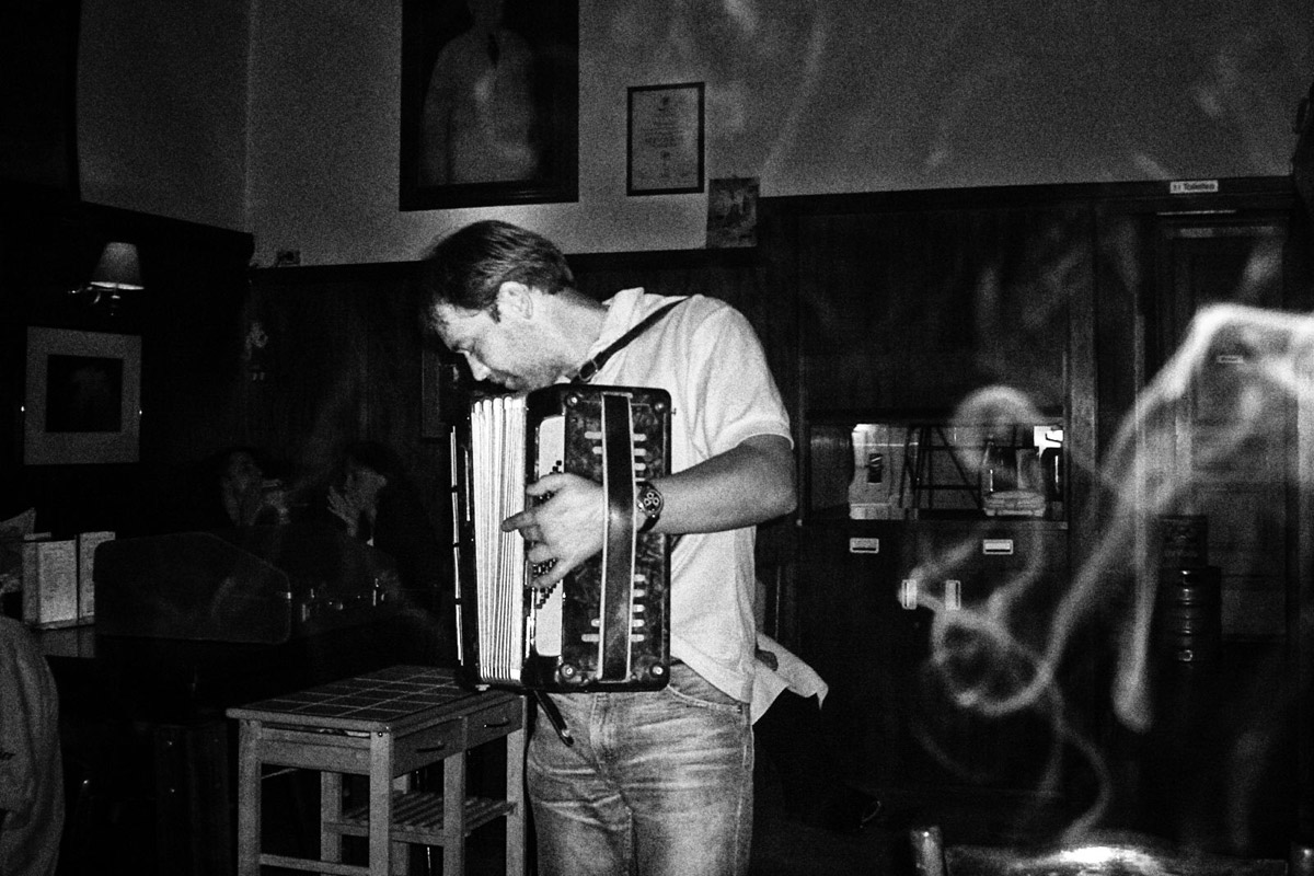 """einsamer musiker in der """"eisener zeit"""", naschmakr, wien"""