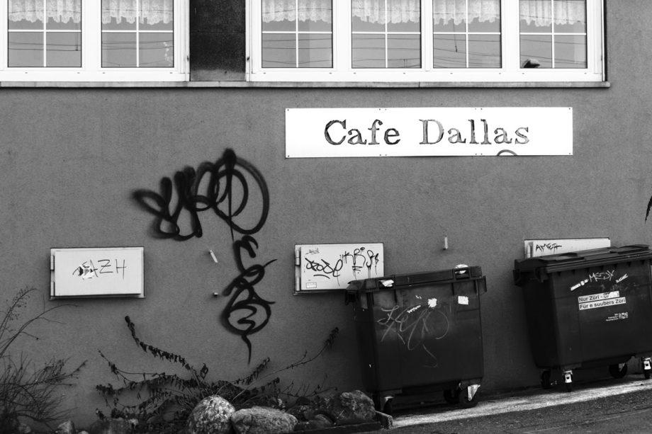 das cafe dallas in oerlikon mit abfallcontainer und graffiti