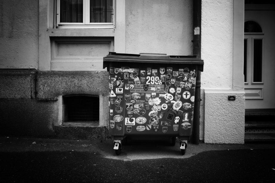 ein müllcontainer als tourist
