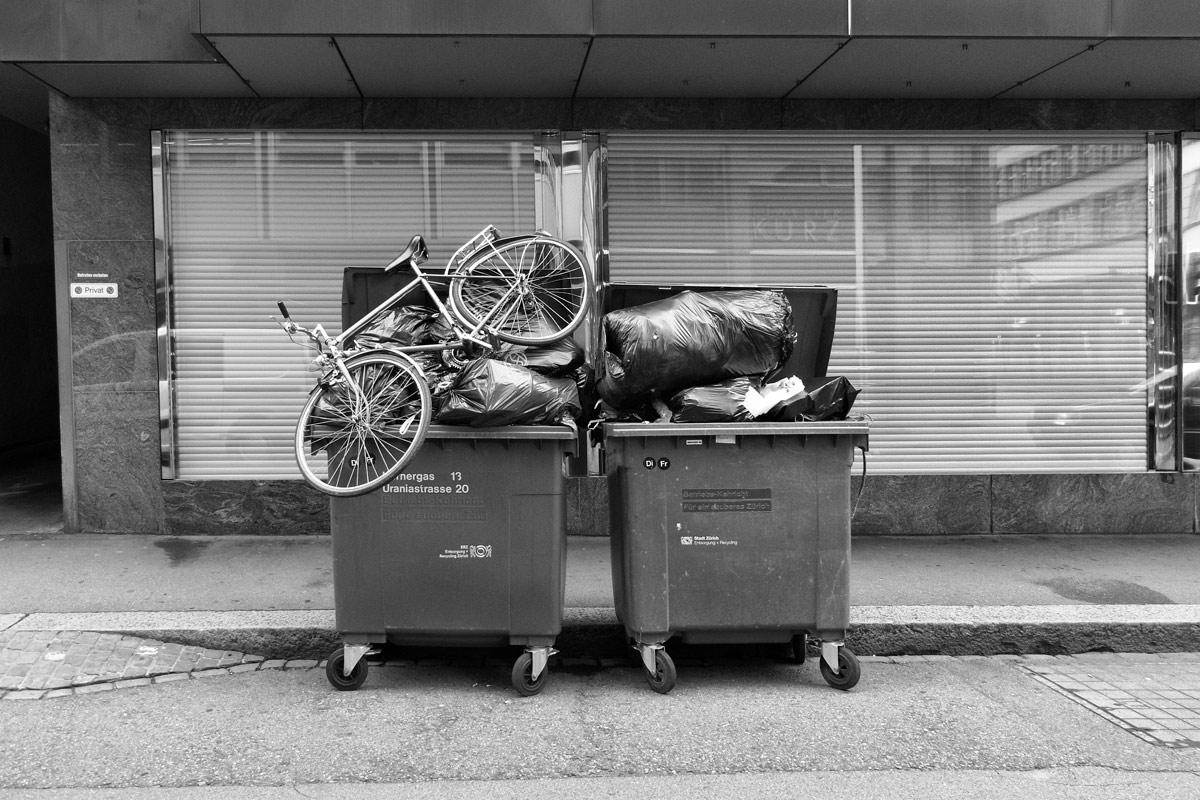 zwei müllcontainer mit einem fahrrad in der uraniastrasse 20